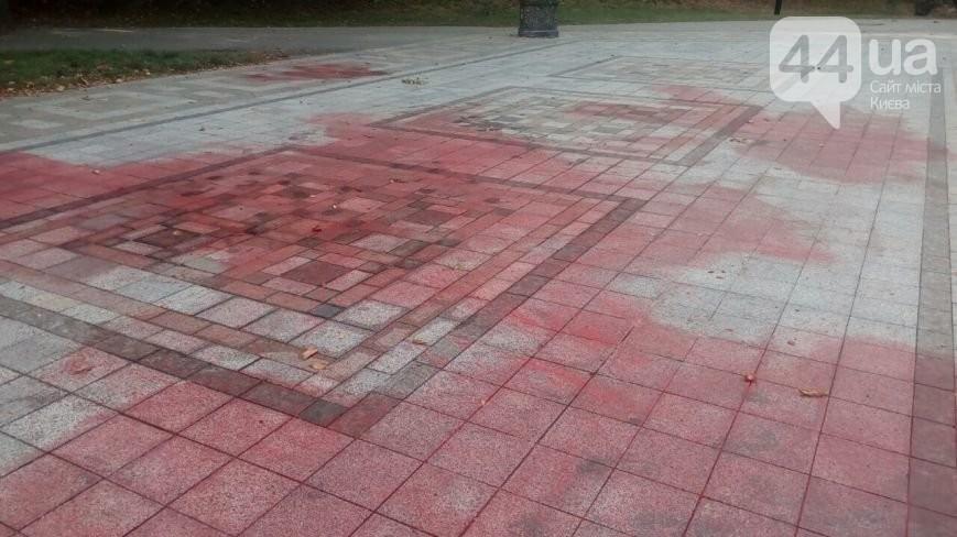 В Киеве вандалы облили красной краской памятник Владимиру
